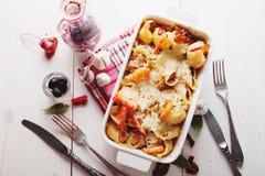Massa cozida de Conchiglioni com srimps, queijo e molho de creme Imagem de Stock