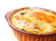 A massa cozida do queijo serviu em um potenciômetro de argila Fotografia de Stock Royalty Free