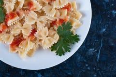 Massa cozinhada com molho e verdes de tomate foto de stock royalty free