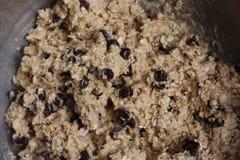 Massa crua dos pedaços de chocolate e da cookie de farinha de aveia Fotos de Stock Royalty Free