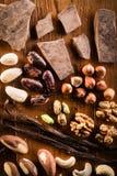 Massa cruda del cacao con le nocciole fotografie stock libere da diritti