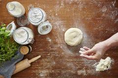 Massa da mão e da farinha na tabela de madeira Imagens de Stock Royalty Free