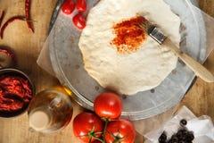 Massa da pizza e pasta de tomate Foto de Stock Royalty Free