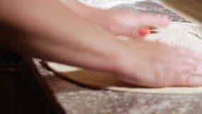 Massa de amasso do padeiro italiano profissional pelas mãos na tabela O processo de cozinhar a pizza por um cozinheiro em um rest video estoque