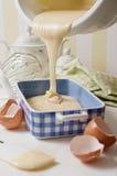 A massa de bolo de esponja caseiro do iogurte derramou dentro o prato cerâmico azul Fotografia de Stock Royalty Free