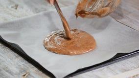 Massa de bolo de derramamento na folha de cozimento Fazendo o bolo de camada do chocolate video estoque