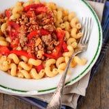 Massa de Cellentani com molho triturado da carne, do tomate e do capsicum Foto de Stock