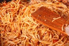 Massa de ebulição do espaguete em um skillet Fotografia de Stock Royalty Free