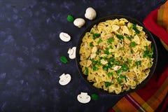 Massa de Farfalle com galinha e cogumelos em um molho cremoso Imagem de Stock Royalty Free