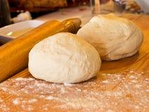 Massa de fermento na farinha em uma placa de madeira com pino do rolo Imagem de Stock Royalty Free