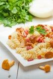 Massa de Fusilli com cogumelos e bacon Fotografia de Stock