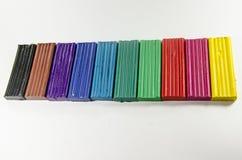 Massa de modelar e pinturas coloridas brilhantes no fundo branco Fotografia de Stock
