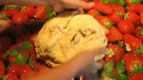 Massa de pão de amasso As mãos do cozinheiro amassam a massa filme