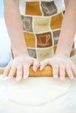 Massa de pão da mulher Imagens de Stock Royalty Free