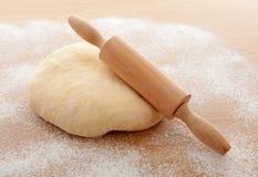 Massa de pão da pizza com pino do rolo Imagens de Stock