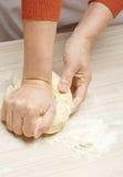 Massa de pão de amasso Foto de Stock Royalty Free