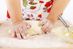 Massa de pão de amasso da mulher imagens de stock royalty free