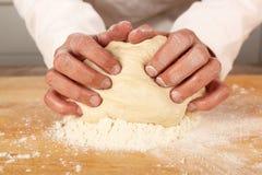 Massa de pão de amasso do cozinheiro chefe Imagens de Stock