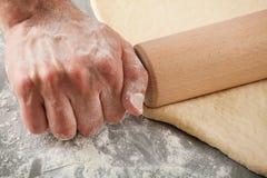 Massa de pão de amasso do cozinheiro chefe Fotos de Stock Royalty Free
