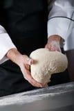 Massa de pão de amasso do cozinheiro chefe Fotos de Stock