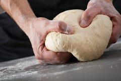 Massa de pão de amasso do cozinheiro chefe Fotografia de Stock Royalty Free