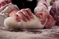 Massa de pão de amasso na tabela Imagem de Stock Royalty Free