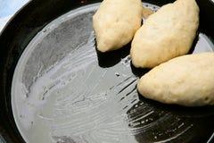 Massa de pão de torta crua em um caldeireiro Foto de Stock