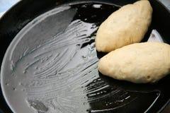 Massa de pão de torta crua em um caldeireiro Fotos de Stock Royalty Free