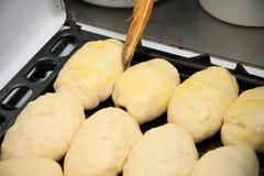 Massa de pão de torta crua em um caldeireiro Imagem de Stock