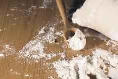 Massa de pão e colher de madeira Imagens de Stock