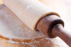 Massa de pão esticada com um pino do rolo Foto de Stock Royalty Free