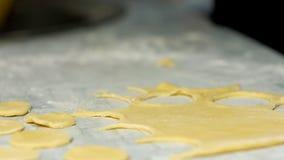 Massa de pão para bolinhos de massa Menina que cozinha as bolinhas de massa home video estoque