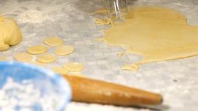 Massa de pão para bolinhos de massa Menina que cozinha as bolinhas de massa home filme