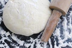 Massa de pão polvilhada com a farinha. Fotografia de Stock