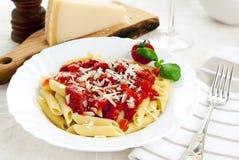 Massa de Penne com molho de tomate e queijo de Parmesão imagens de stock royalty free