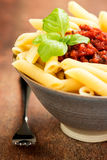 Massa de Penne com um molho bolonhês da carne do tomate Imagem de Stock