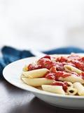 Massa de Penne no molho de tomate com espaço da cópia. Fotografia de Stock Royalty Free