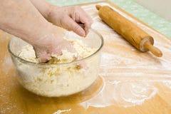 Massa de pão de mistura à mão (séries da receita) Imagem de Stock Royalty Free