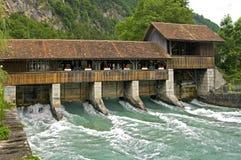 Massa de roda da água do rio abaixo da comporta histórica Fotografia de Stock Royalty Free