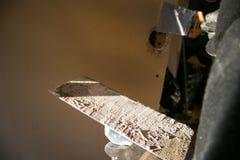 Massa de vidraceiro para furos de selagem na parede da casa Fotos de Stock Royalty Free