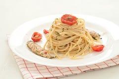 A massa deliciosa como os espaguetes cobriu com o molho do mar mant Fotografia de Stock Royalty Free