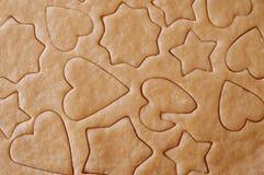 Massa desenrolada e cookies cortadas Fotos de Stock