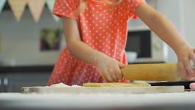 Massa desenrolando da menina para cookies filme