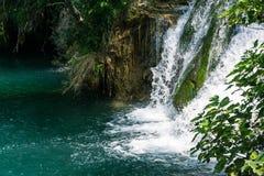 Massa di acqua famosa di cadute del parco del fiume di Krka in Croazia bella Fotografia Stock