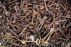 Massa di retro chiavi d'ottone per la raccolta alla vendita di garage Fotografia Stock Libera da Diritti