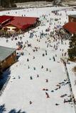 Massa die bergaf ski?en Royalty-vrije Stock Foto's