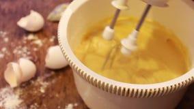 Massa do batedor de ovos do misturador para a sobremesa vídeos de arquivo