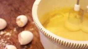 Massa do batedor de ovos do misturador para a sobremesa filme