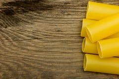 Massa do cannelloni na opinião de tampo da mesa de madeira Foto de Stock Royalty Free