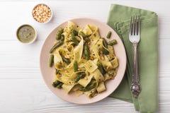 Massa do pappardelle do vegetariano com feijão verde, pesto, pinhões Foto de Stock Royalty Free
